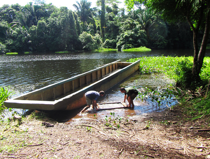 Cleaning a filtration screen in the water of the lake in San Juan.